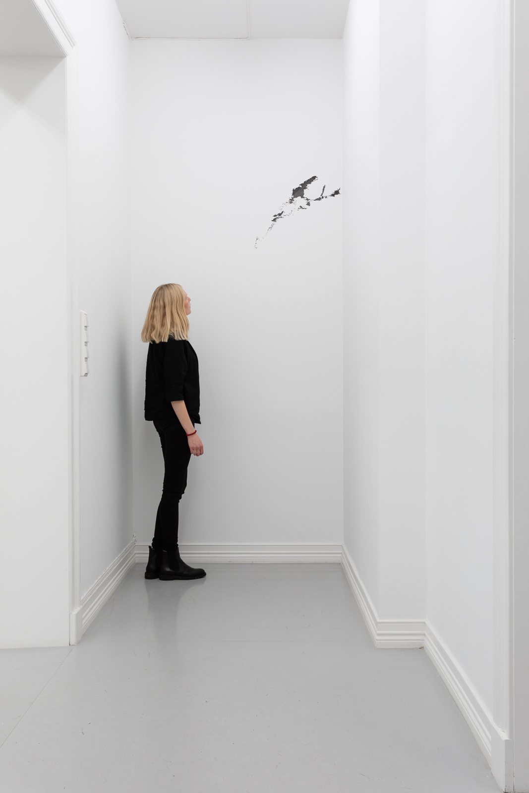 Wall Drawing for Galleri Riis I, 2019. Crayon on wall, H 324 x W 135 cm. Unique