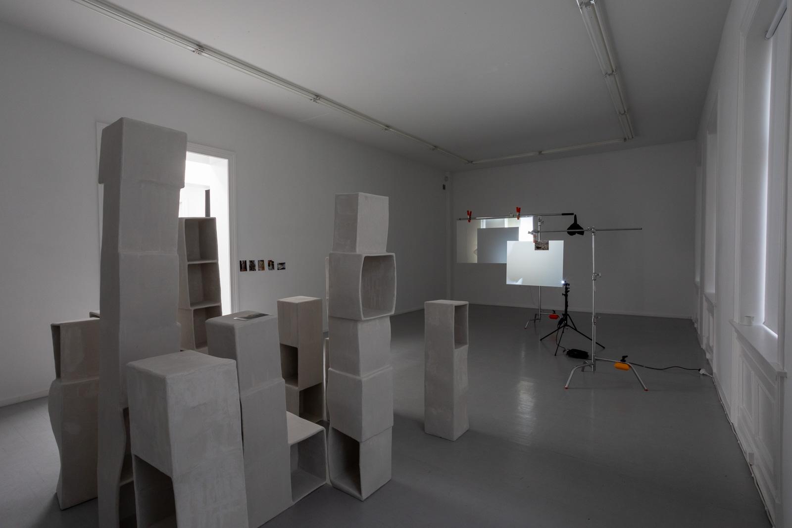Nødvendigheten av leddsetninger, 2019. Mixed media installation, Dimensions variable, Videocamera: Marte Vold and KimSu Theiler, Editing: Silje Linge Haaland