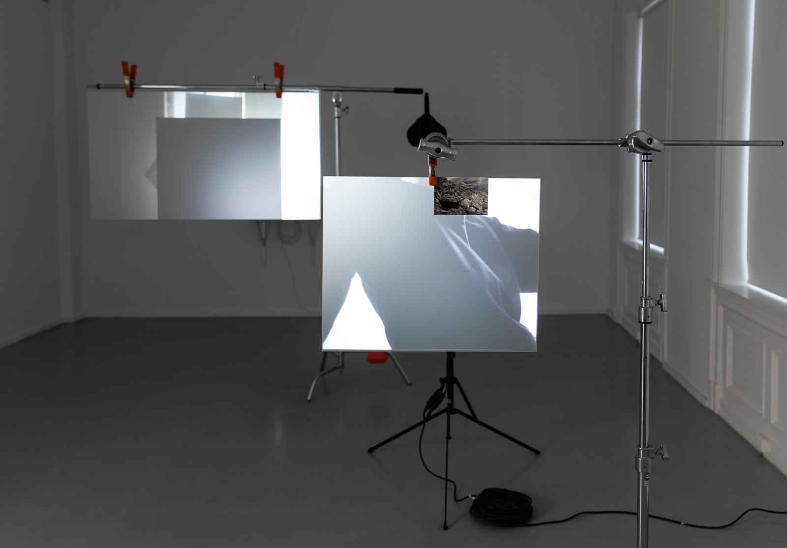 Nødvendigheten av leddsetninger, 2019. Mixed media installation, Dimensions variable, Videocamera: Marte Vold and KimSu Theiler Editing: Silje Linge Haaland