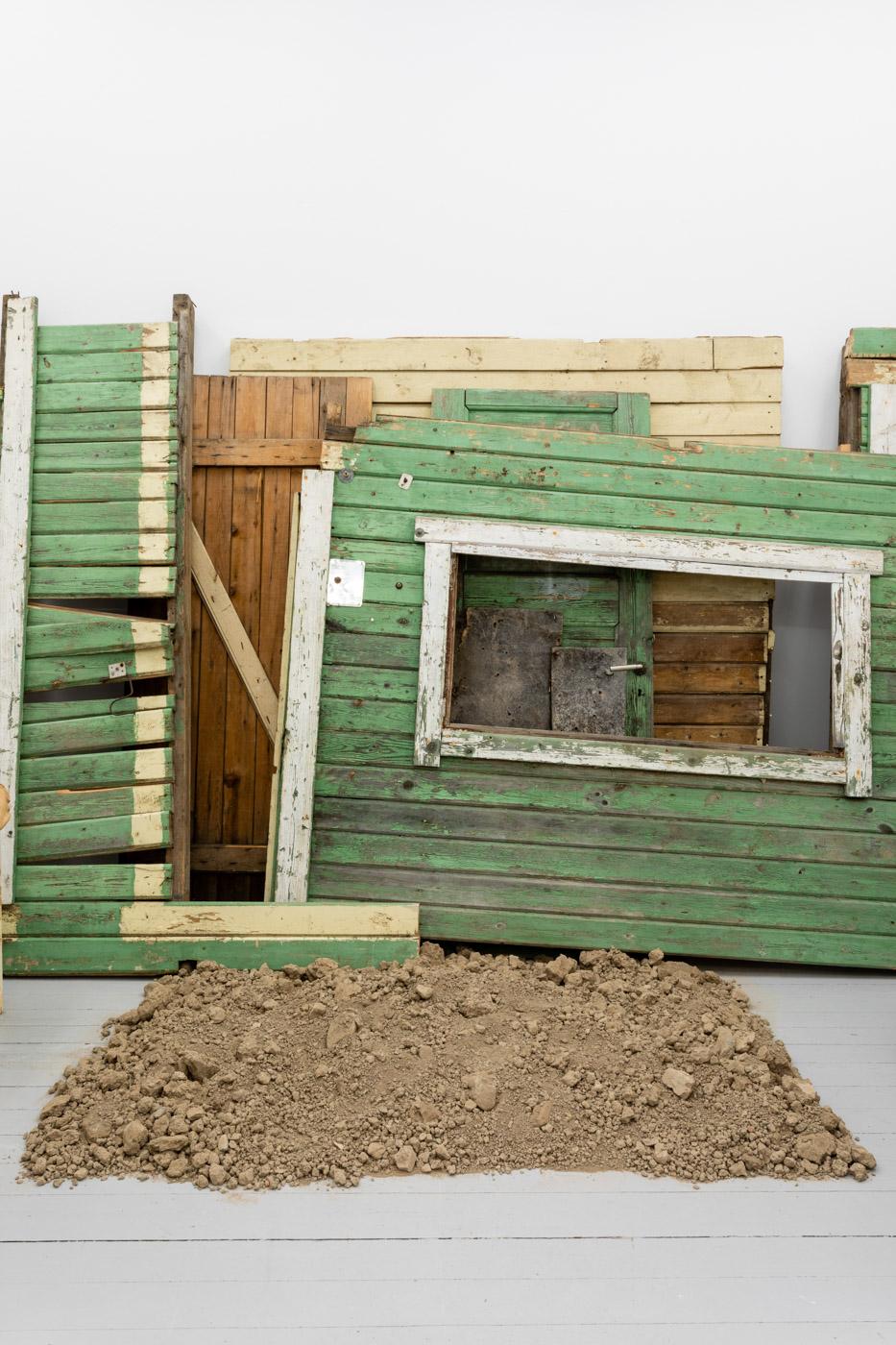 DET FINNS EN PLAN FÖR DET HÄR, 2020Green shed. Found painted wood, dimensions variable