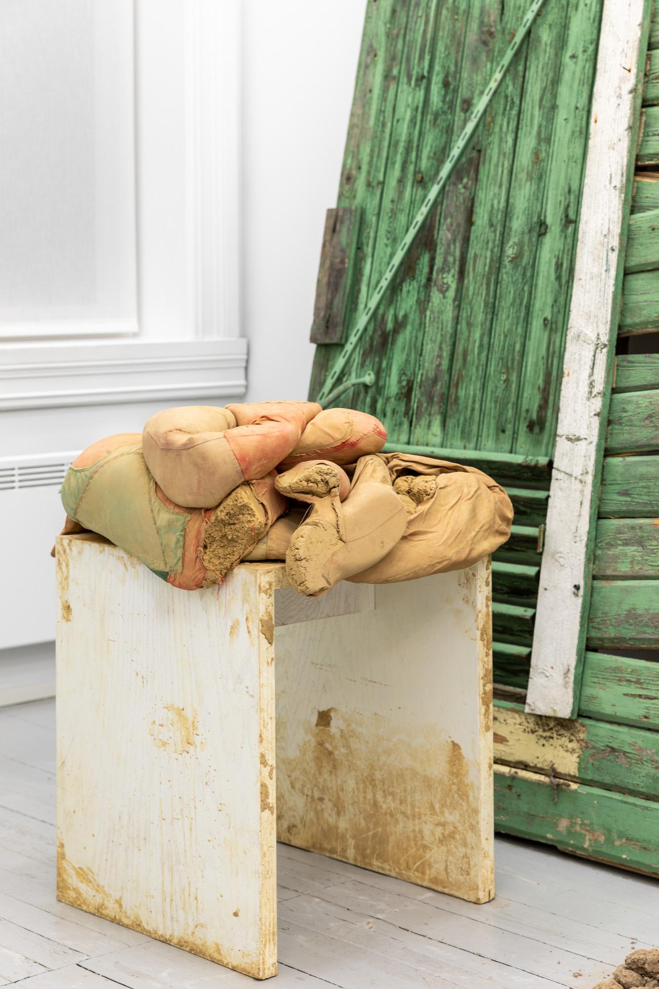 Att Slå Knut På Sig Själv, 2020, Mixed media (textile, clay, wood), 72,5 x 46,5 x 45,5 cm