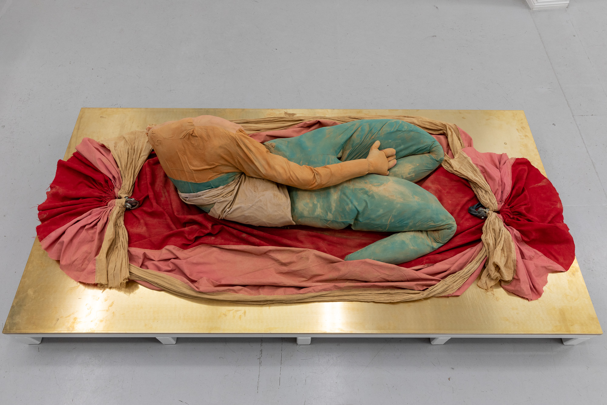 Palett Diva, 2020, Mixed media (textile, clay, powder-coated steel, brass, plywood) on artist designed pedestal, 54 x 100 x 200 cm