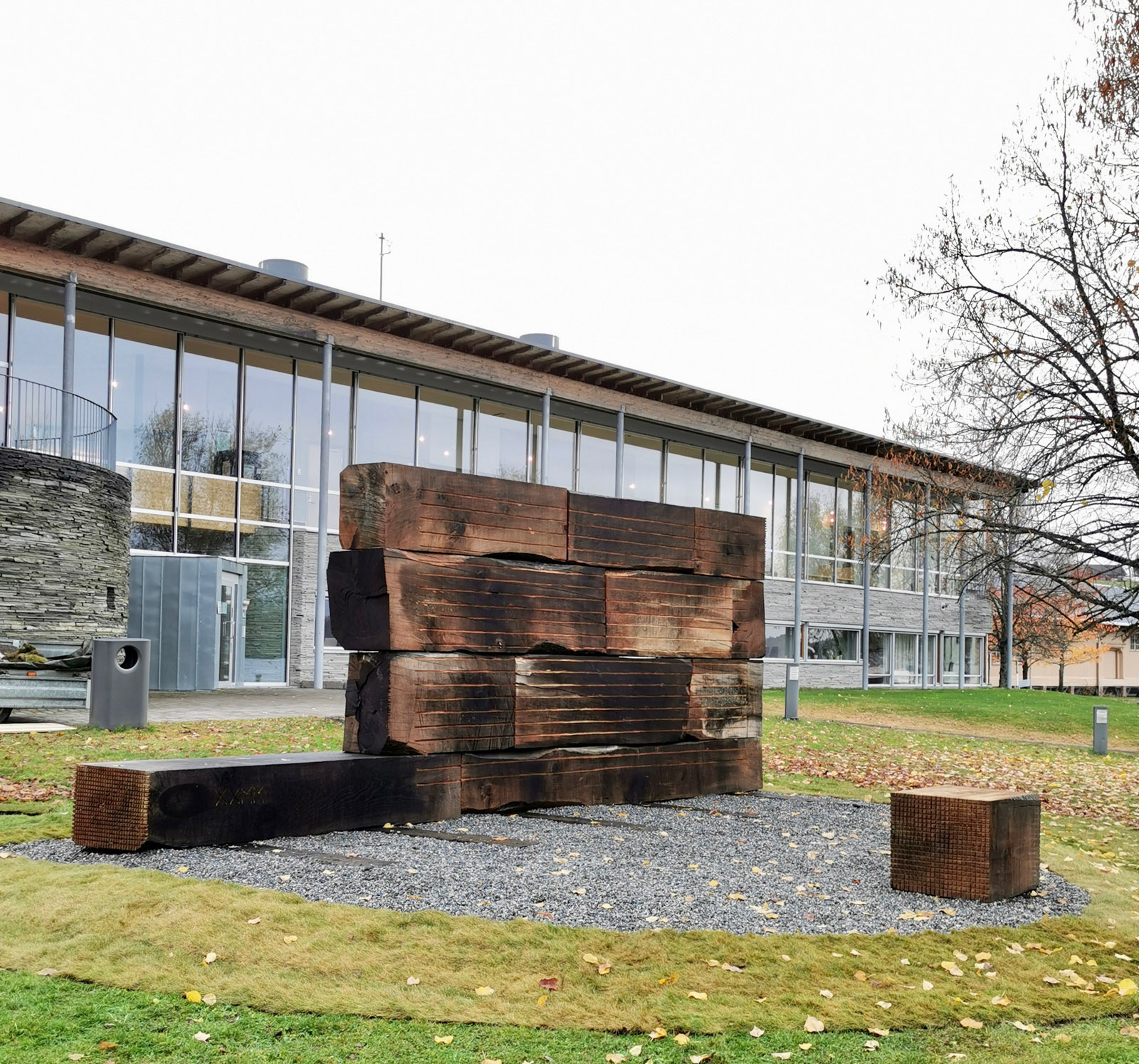 Domstol / Court, 2020. Untreated oak blocks carved with chainsaw and wood cutter, railway sleepers. 650 x 270 x 70 cm. Commissioned work, KORO (Public Art Norway), 2020.