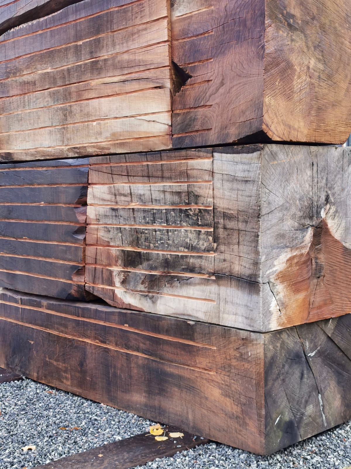 Domstol / Court, 2020. Untreated oak blocks carved with chainsaw and wood cutter, railway sleepers. 650 x 270 x 70 cm. Detail. Commissioned work, KORO (Public Art Norway), 2020.