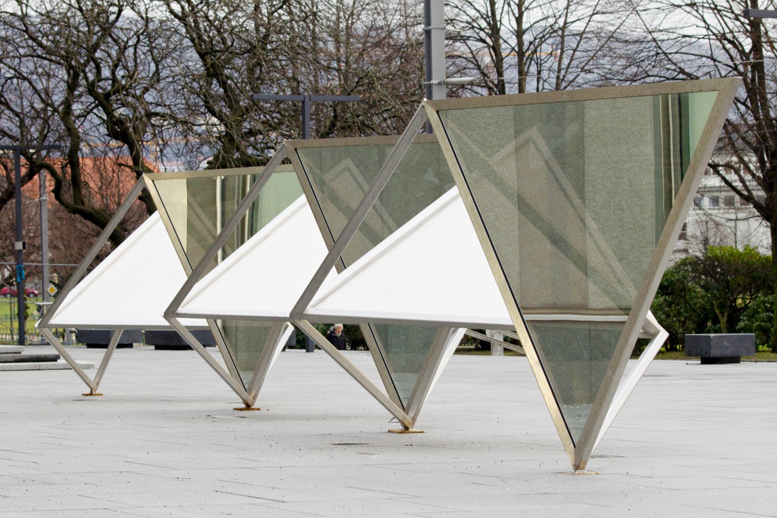 Blindfold, 2011, steel and two-way mirror, 2 x 15,5 m. Collection Gulating Lagmannsrett, Bergen, Norway