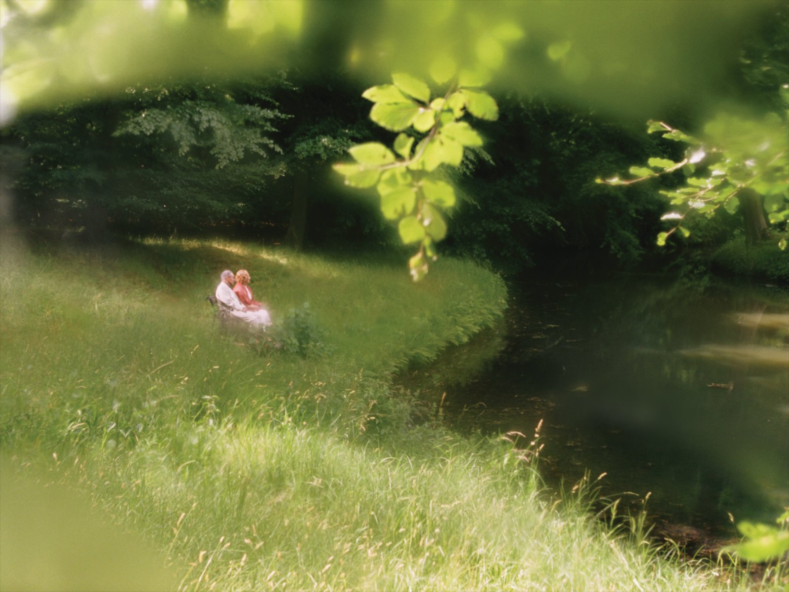 Still from Couple in the distance, 2010, 2 x 35 mm film loop, colour, duration of film loops 5'23 and 2'00''