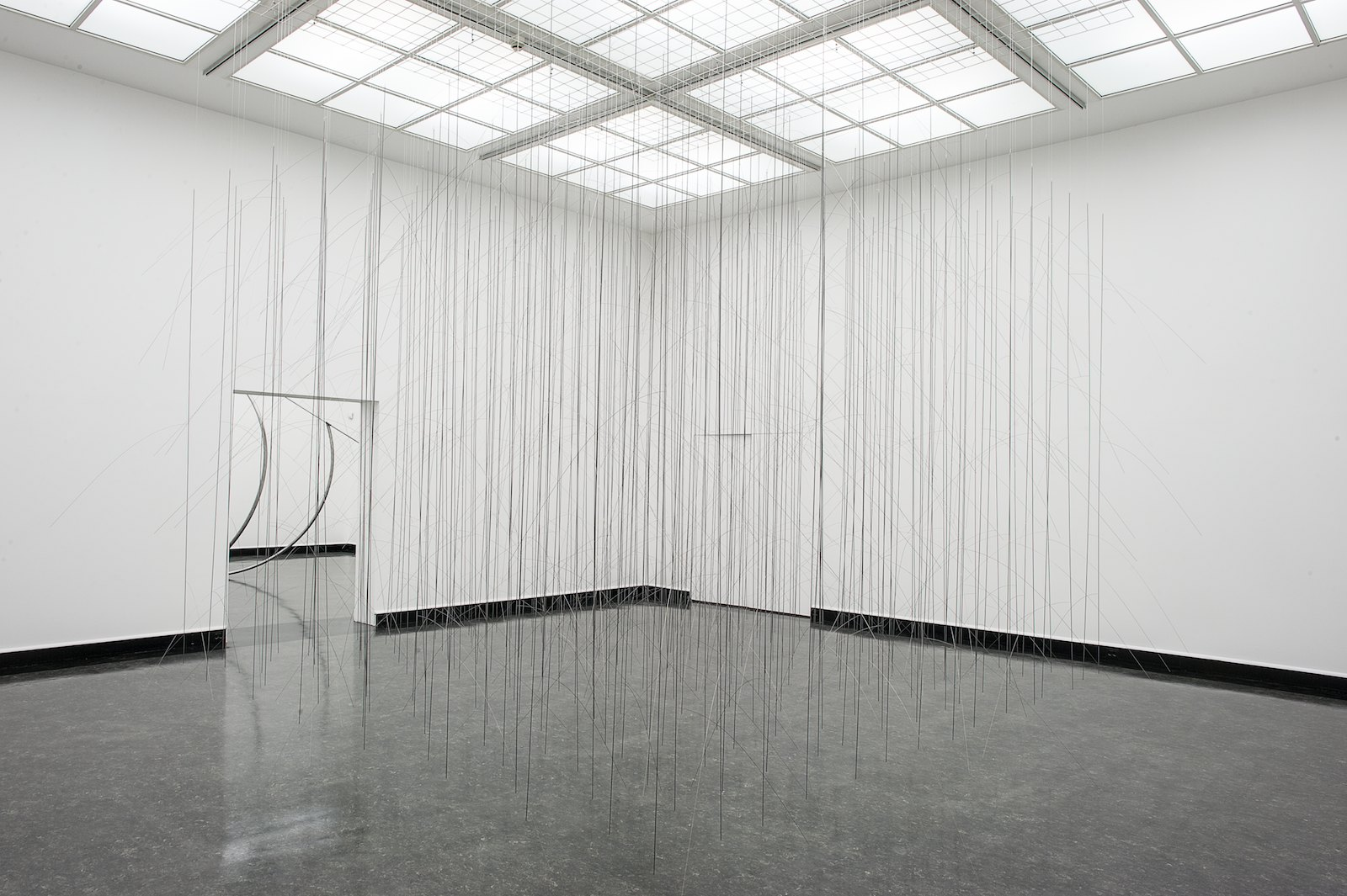 Muster III, 2014, steel and spring wire, 320 x 420 x 420 cm. Installation view, Tone Vigeland, Muster, Bergen Kunsthall, 2014. Photo: © Bergen Kunsthall